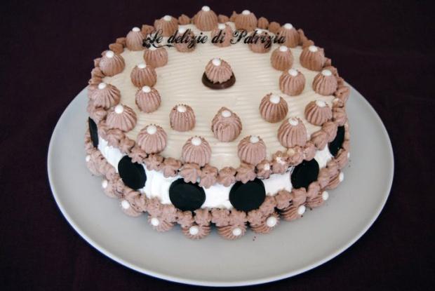 Torta alla panna, cioccolato e ciliegie sciroppate