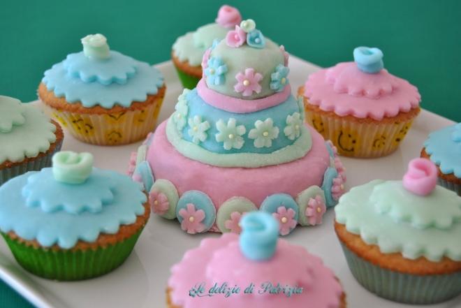 Tortina nozze e cupcakes rivestiti di pasta di zucchero senza lattosio