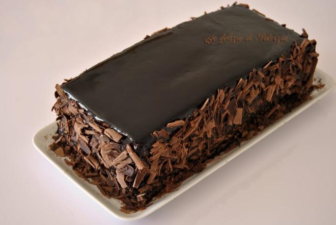 Torta alla cannella con chantilly al cioccolato e copertura a specchio