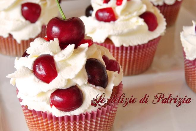 Cupcakes con frosting al mascarpone e ciliegie