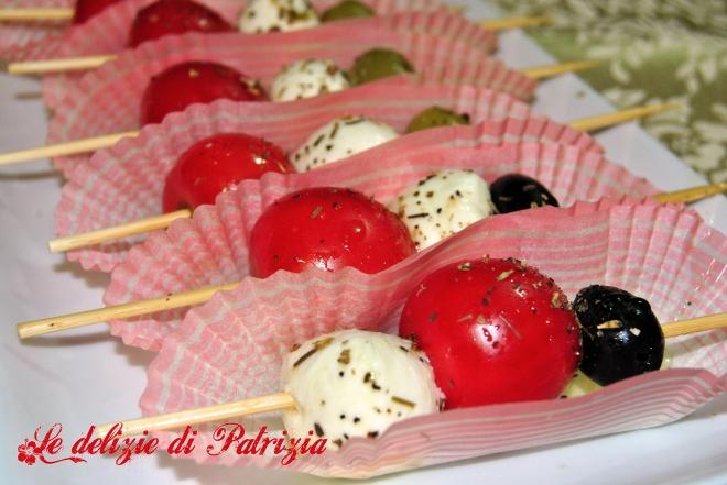 Spiedini di mozzarelline, olive, pomodori e origano