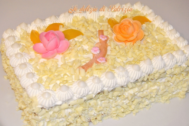 Torta con chantilly, cioccolato bianco e pesche ©Le delizie di Patrizia Gabriella Scioni