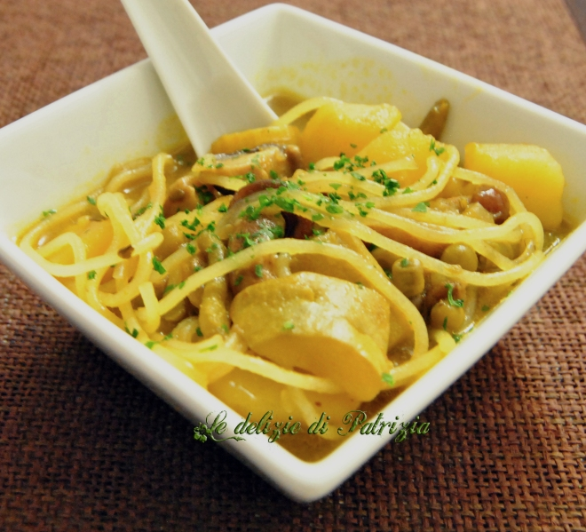 Zuppa vegetale al curry con noodles