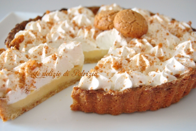 Crostata con crema all'amaretto e panna