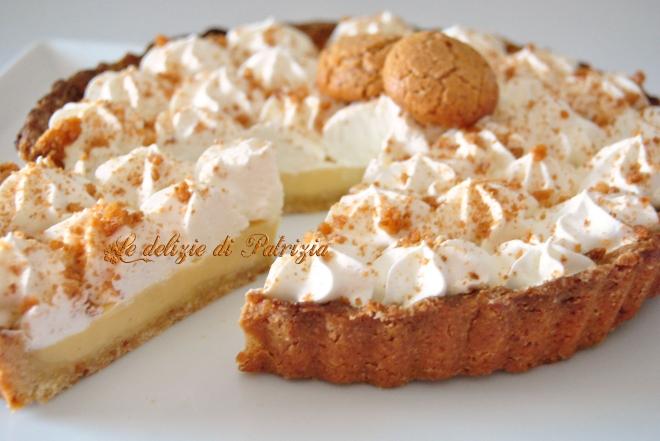 Crostata con crema all'amaretto e panna