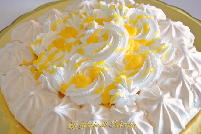 Pavlova con lemon curd e panna montata