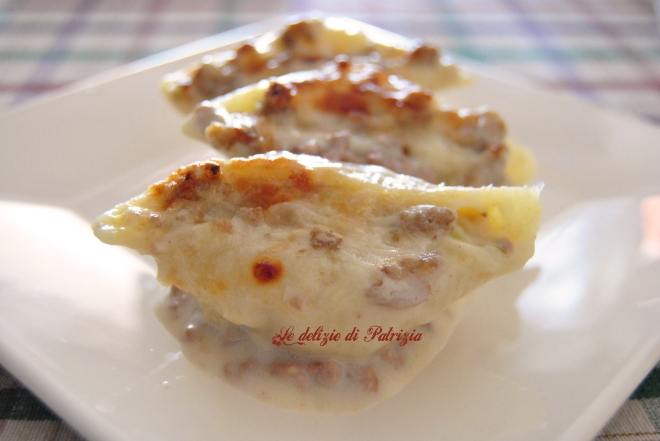 Conchiglioni ripieni di zucchine con ragù in bianco