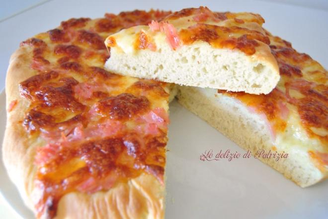 Focaccia morbida con prosciutto e formaggio