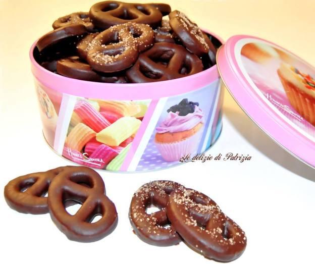 Biscotti cacao e cannella con glassa al cioccolato