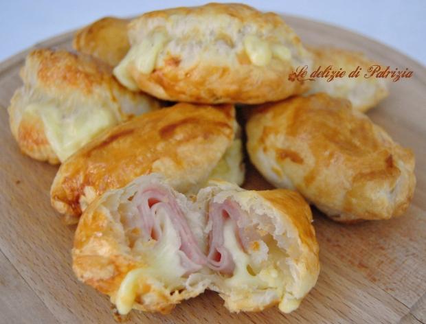 Mezzelune di sfoglia con prosciutto e formaggio