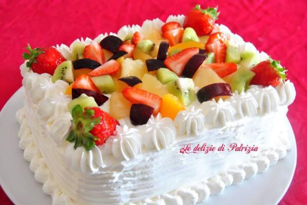 Torta con macedonia di frutta fresca