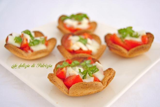 Cestini di pancarré tostati con mozzarella e pomodorini