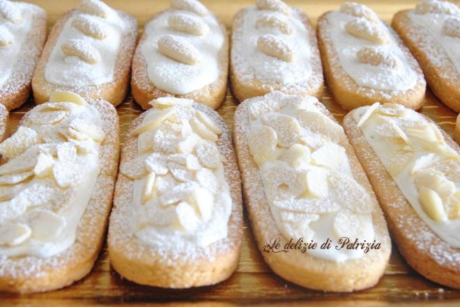 Biscotti con pasta di mandorla e glassa