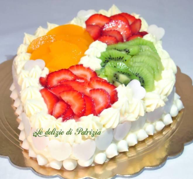 Torta con crema chantilly e frutta