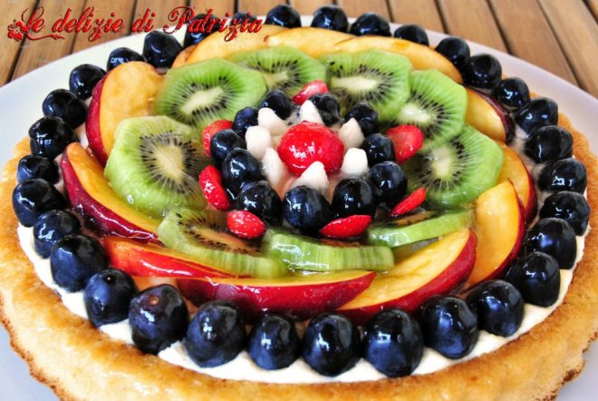 Torta con crema diplomatica e frutta