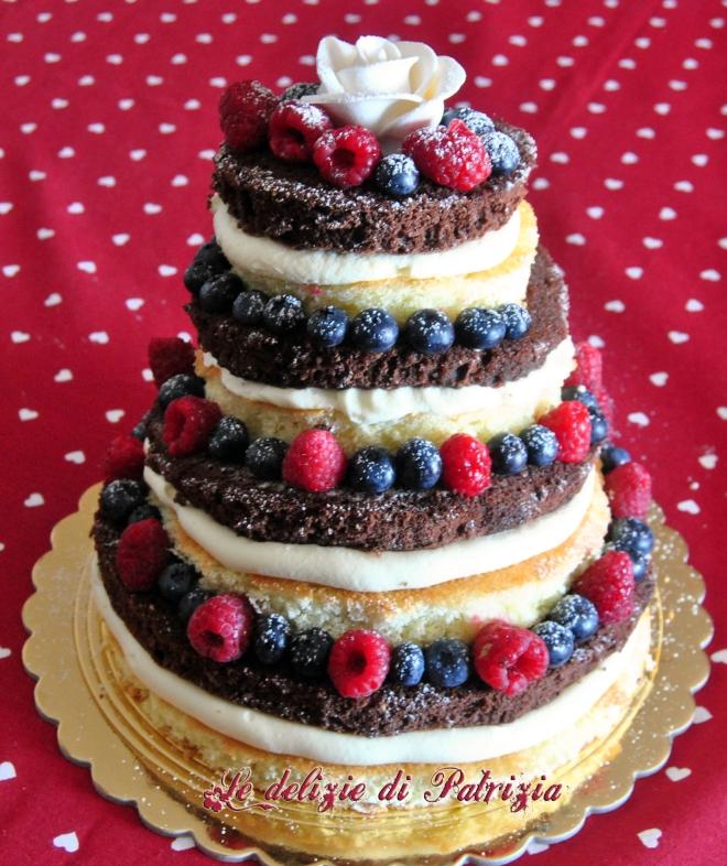 Torta nuda con crema alla vaniglia e frutti di bosco