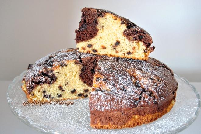 Torta variegata con panna, cacao e gocce di cioccolato