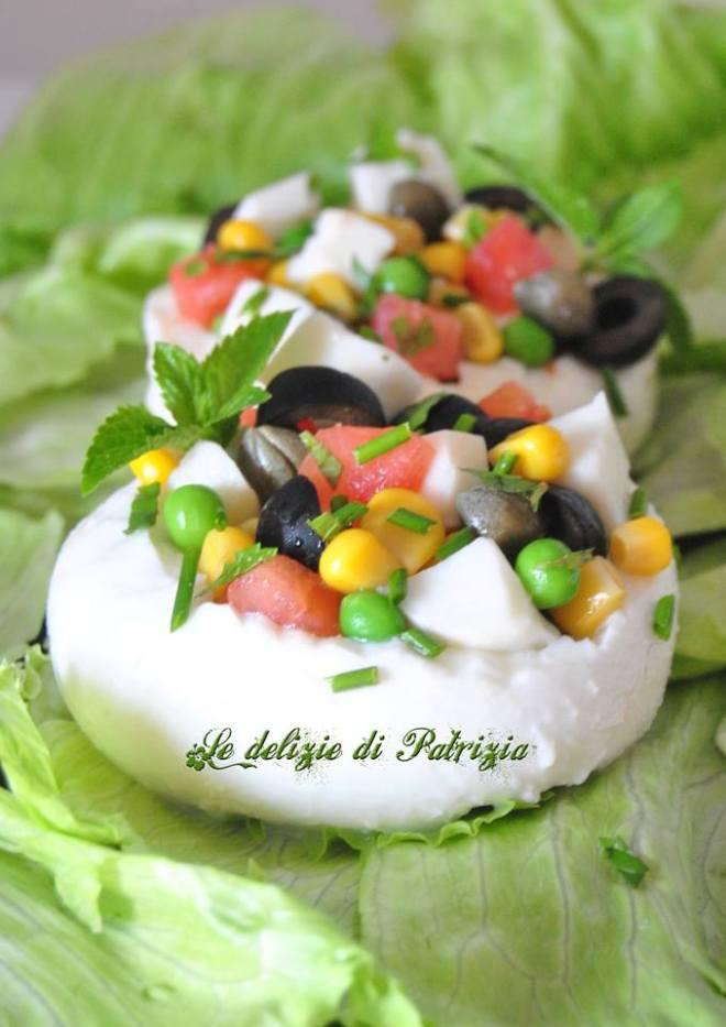 Coppette di mozzarella con fresca insalatina