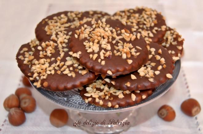Frollini alle nocciole glassati al cioccolato