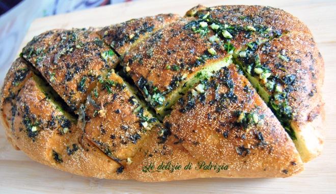 Pane croccante all'aglio con erbette