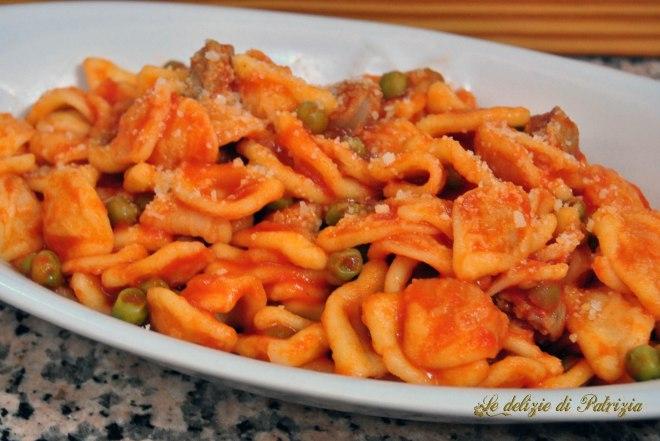 Orecchiette fresche con salsiccia e piselli