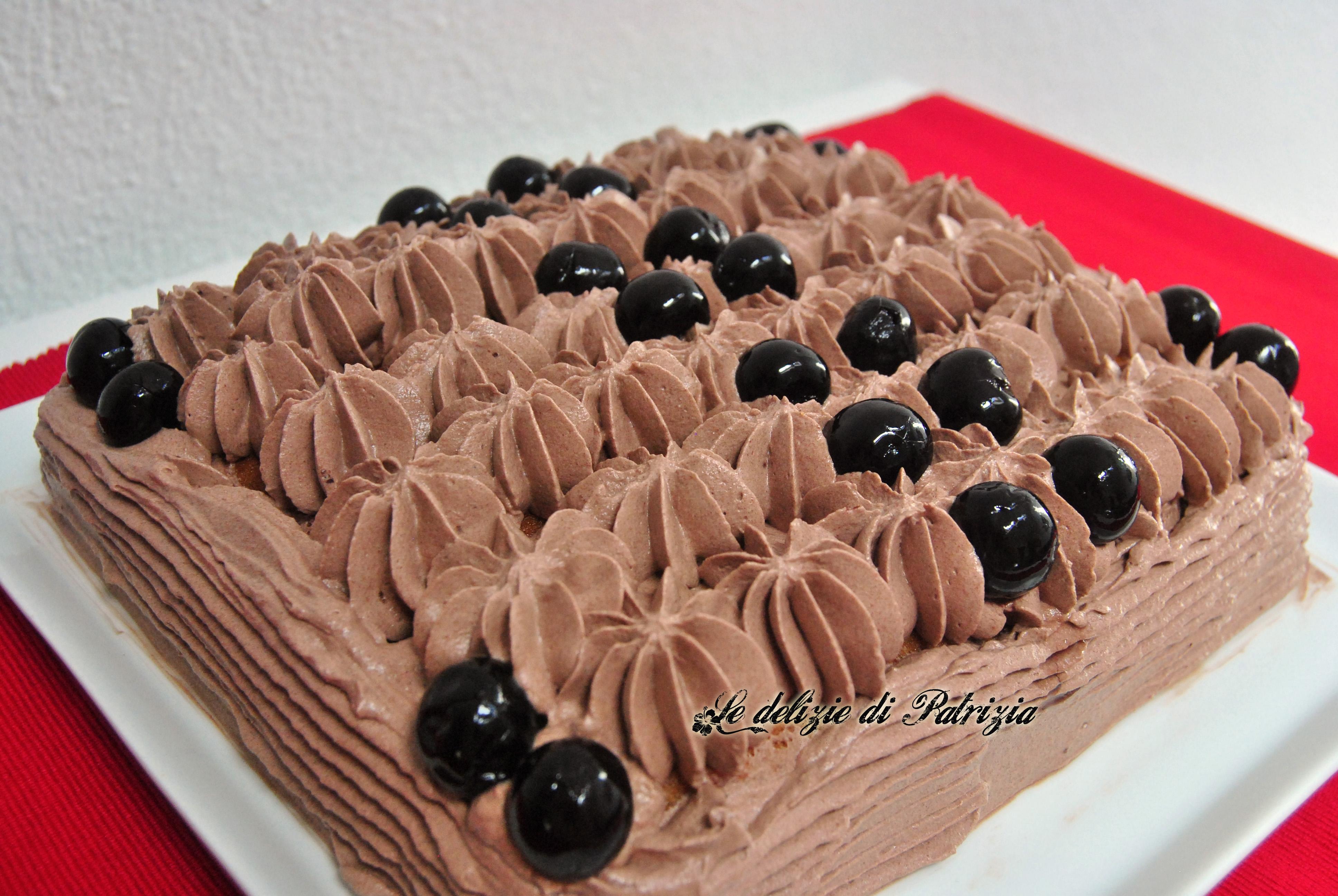 Torta con chantilly al cioccolato e ciliegie sciroppate